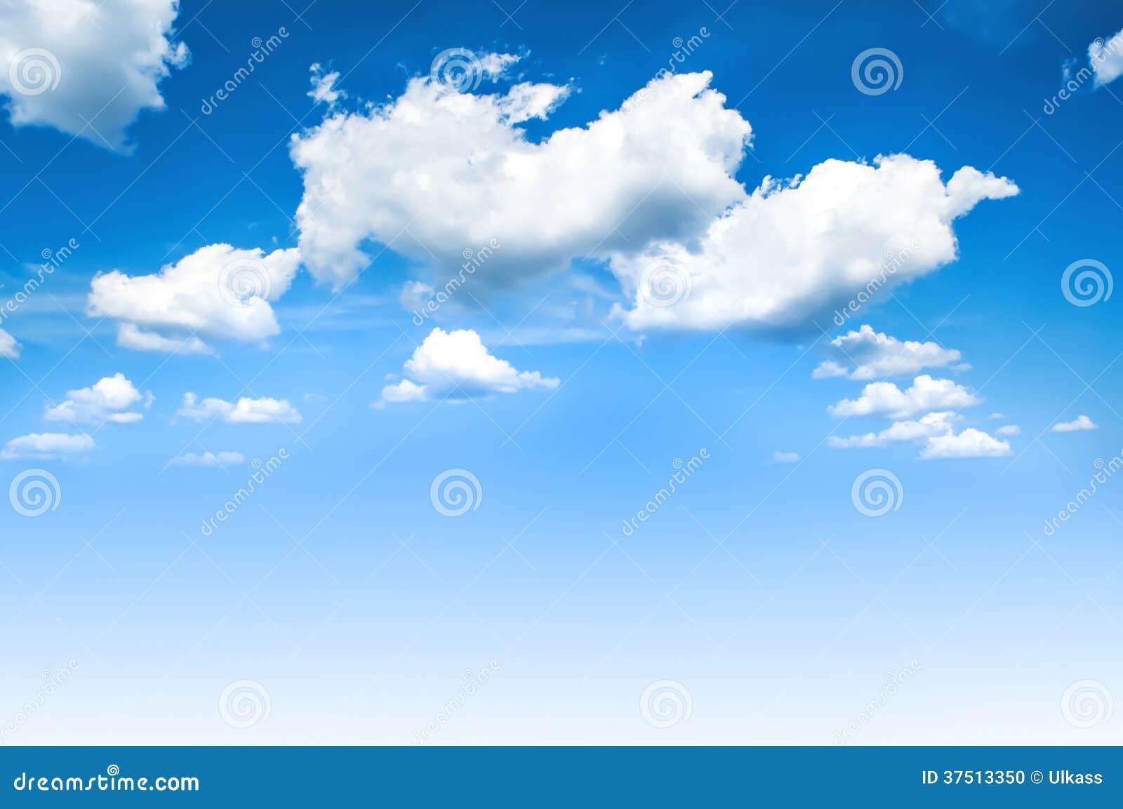 Cielo azul y nubes blancas.