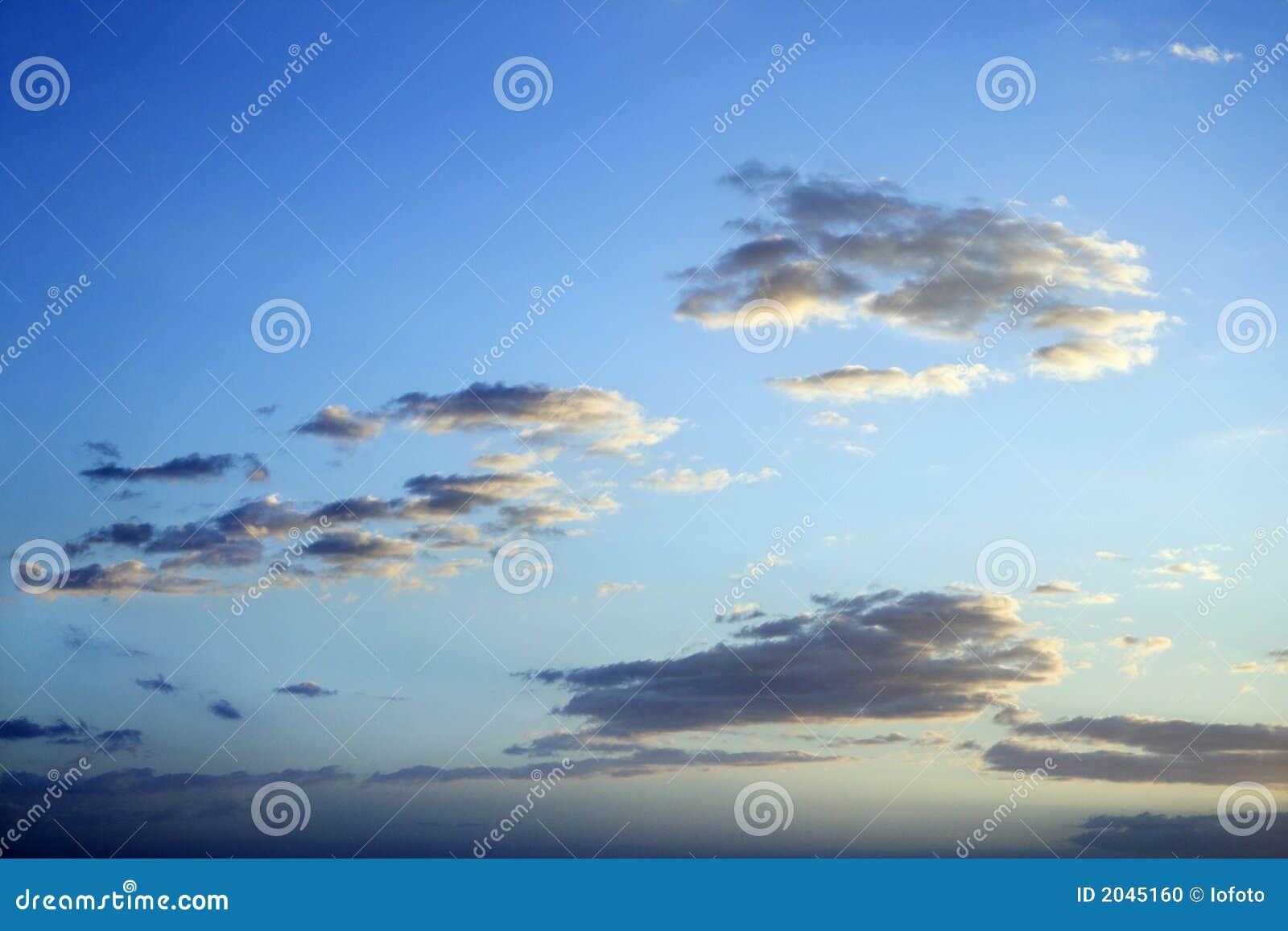 Cielo azul y nubes en la oscuridad.