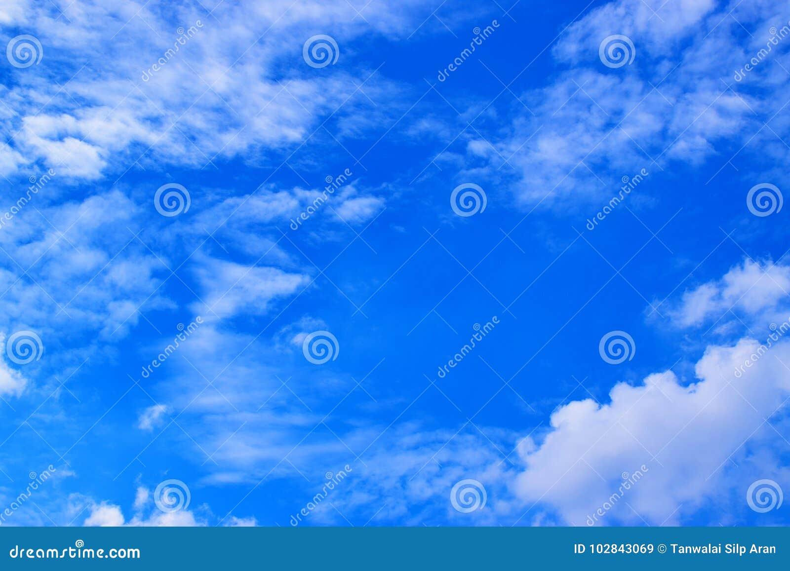 Cielo blu con il fondo 171016 0085 delle nuvole