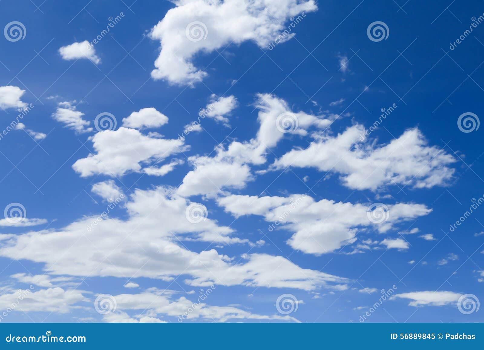 Cielo blu con il primo piano della nube