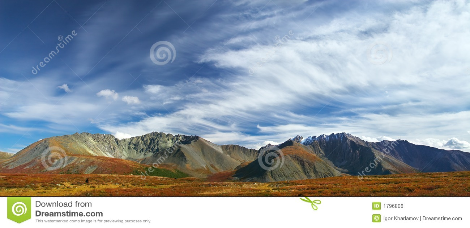 Cielo blu e montagne, panorama.