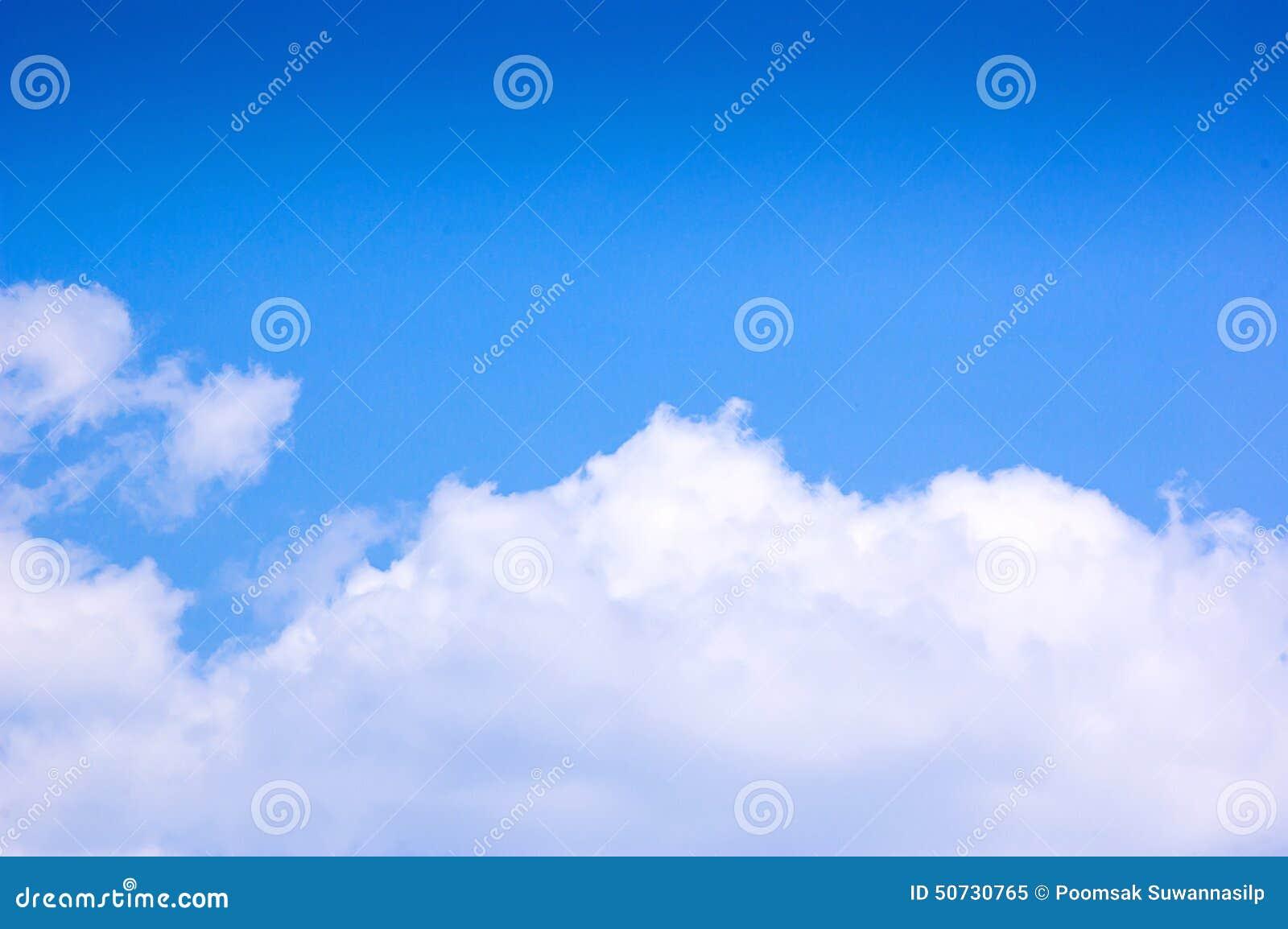 Cielo blu e nuvole a mezzogiorno su aria pulita