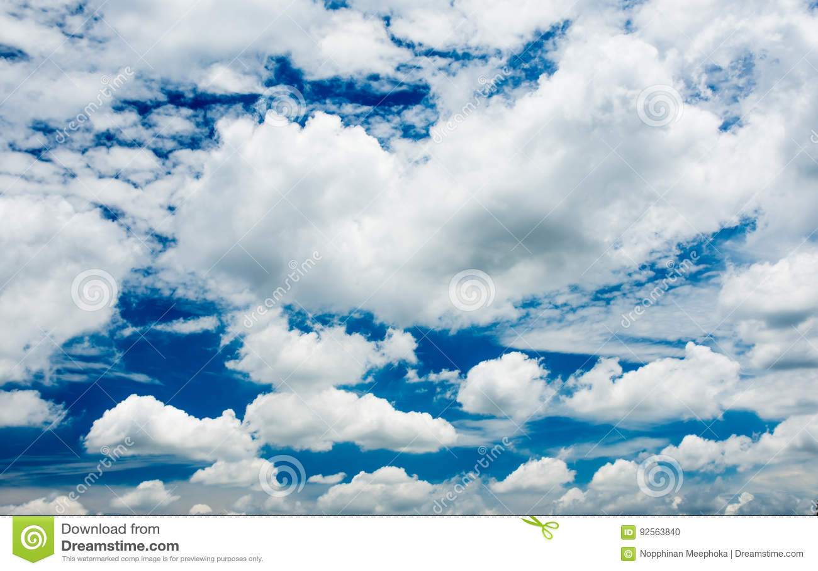 Cielo blu e nuvole nel fondo di estate