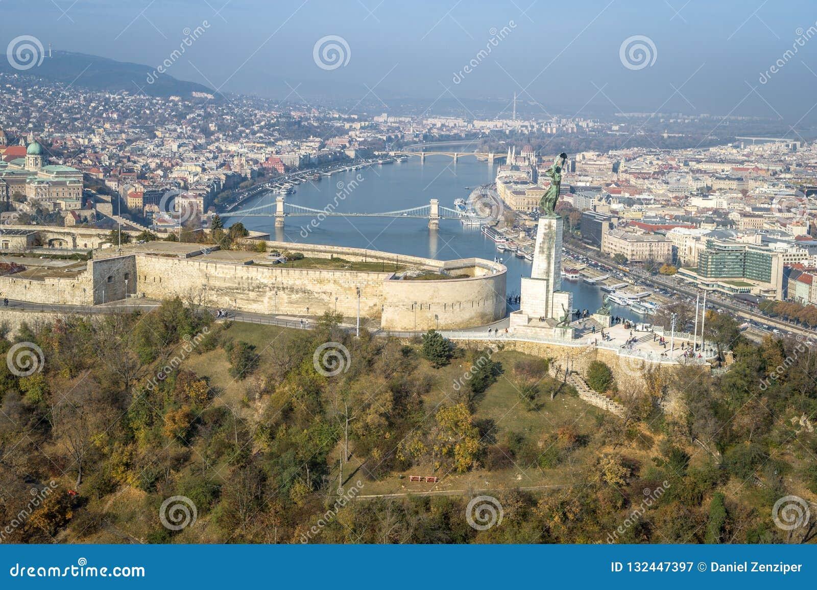Cielo claro soleado aéreo del cielo azul de Budapest Citadell