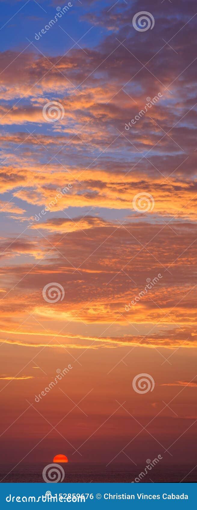 Cielo colorido dramático con puesta del sol