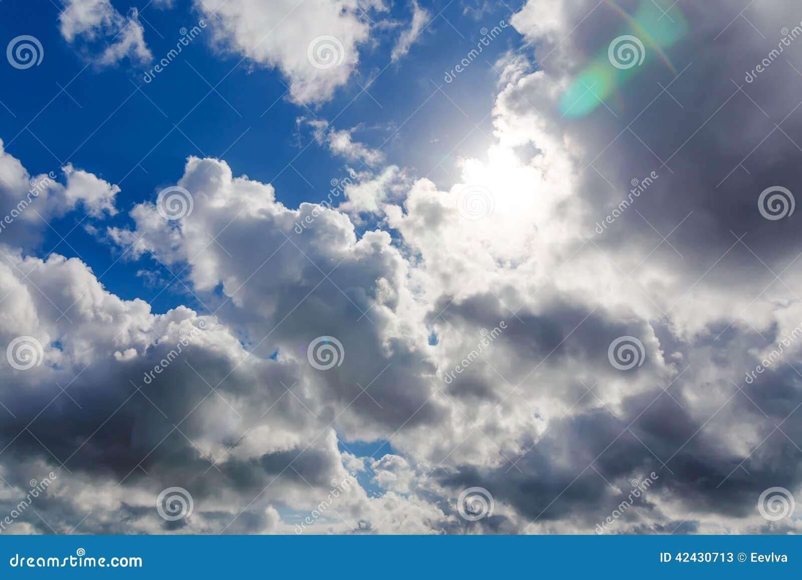 Cielo con el sol y las nubes