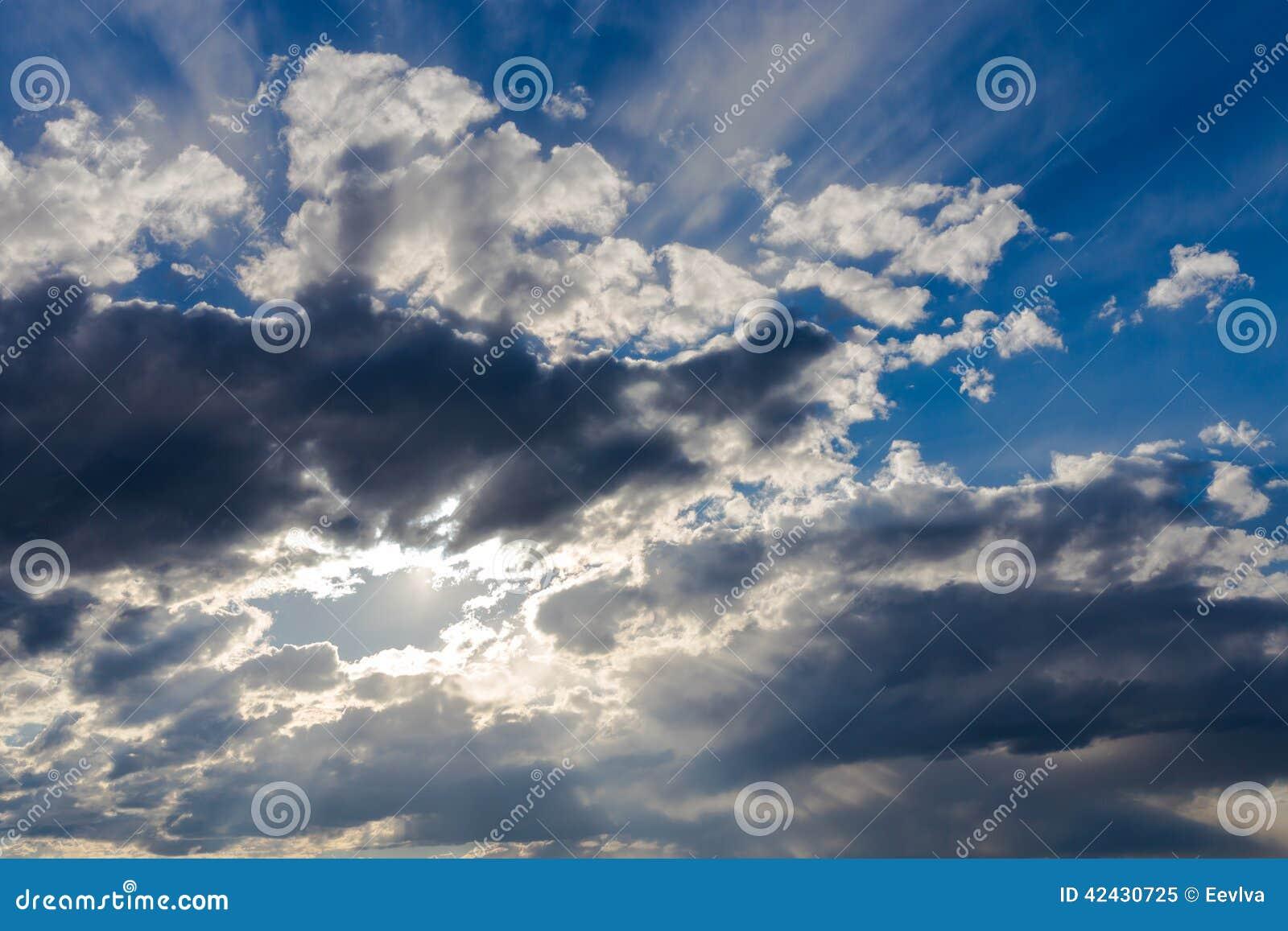 Cielo con las nubes oscuras