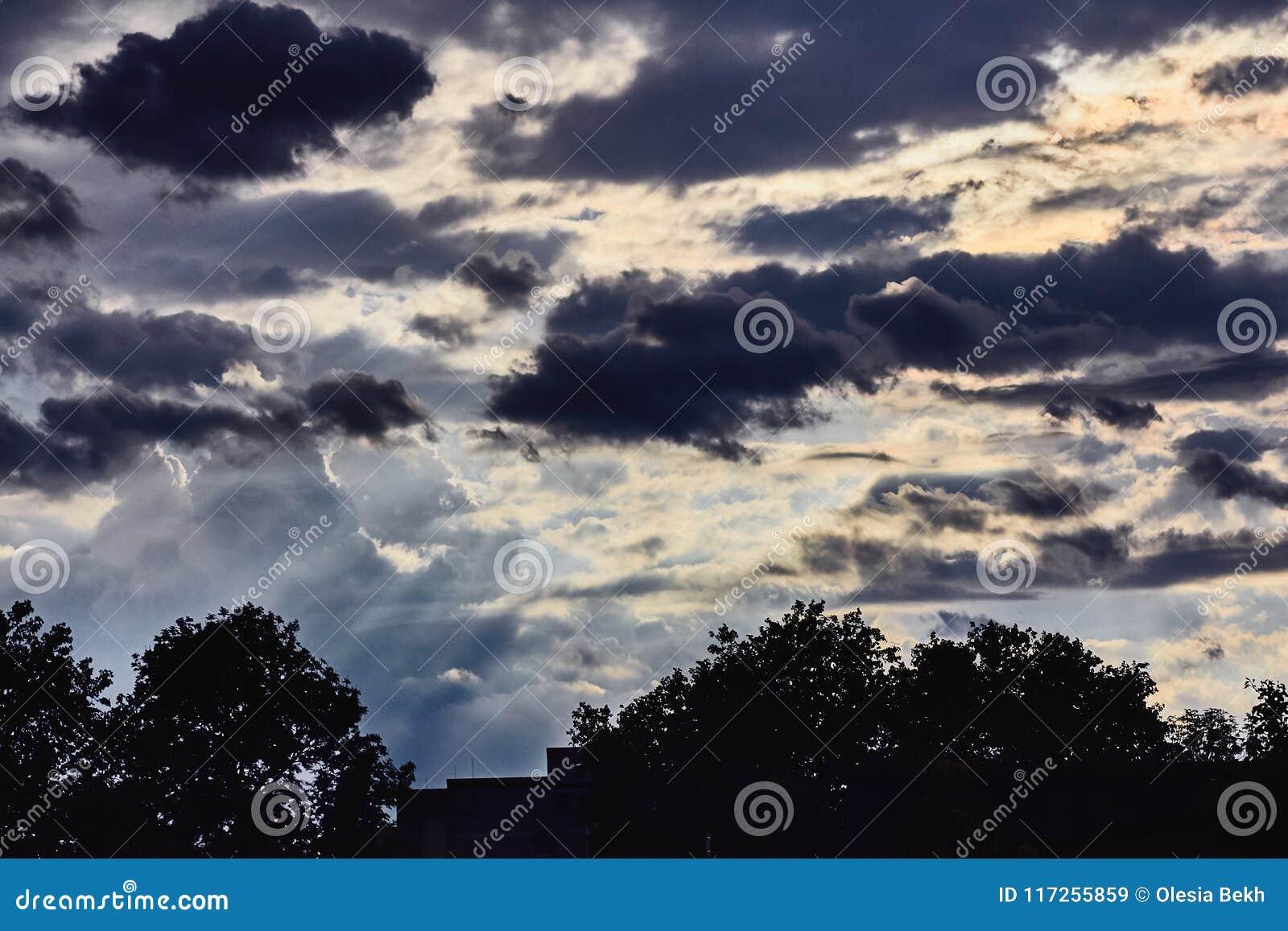 Cielo con le nuvole di tempesta dopo la pioggia