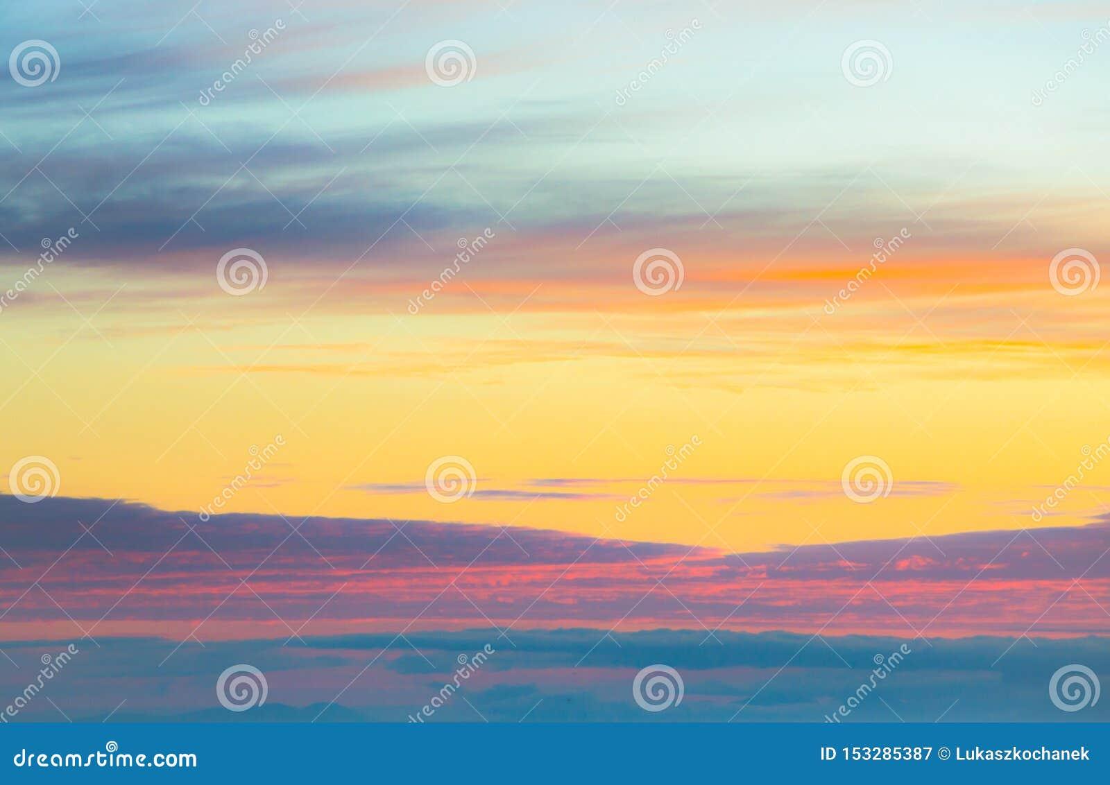 Cielo crepuscolare e nuvola di panorama splendido all immagine di sfondo di mattina