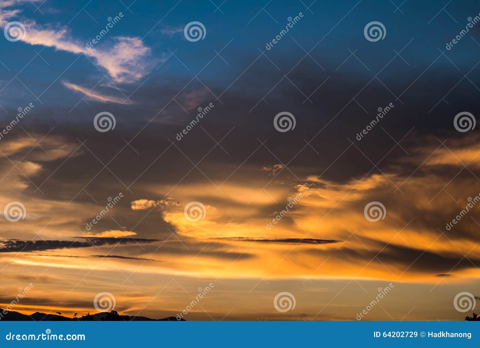 Cielo crepuscular antes de la puesta del sol