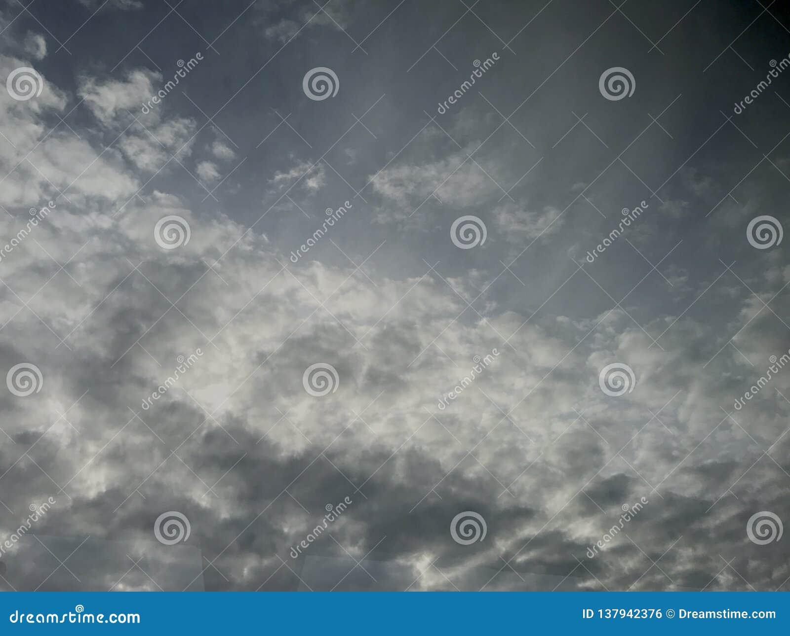 Cielo cubierto nublado con la luz del sol que mira a escondidas a través