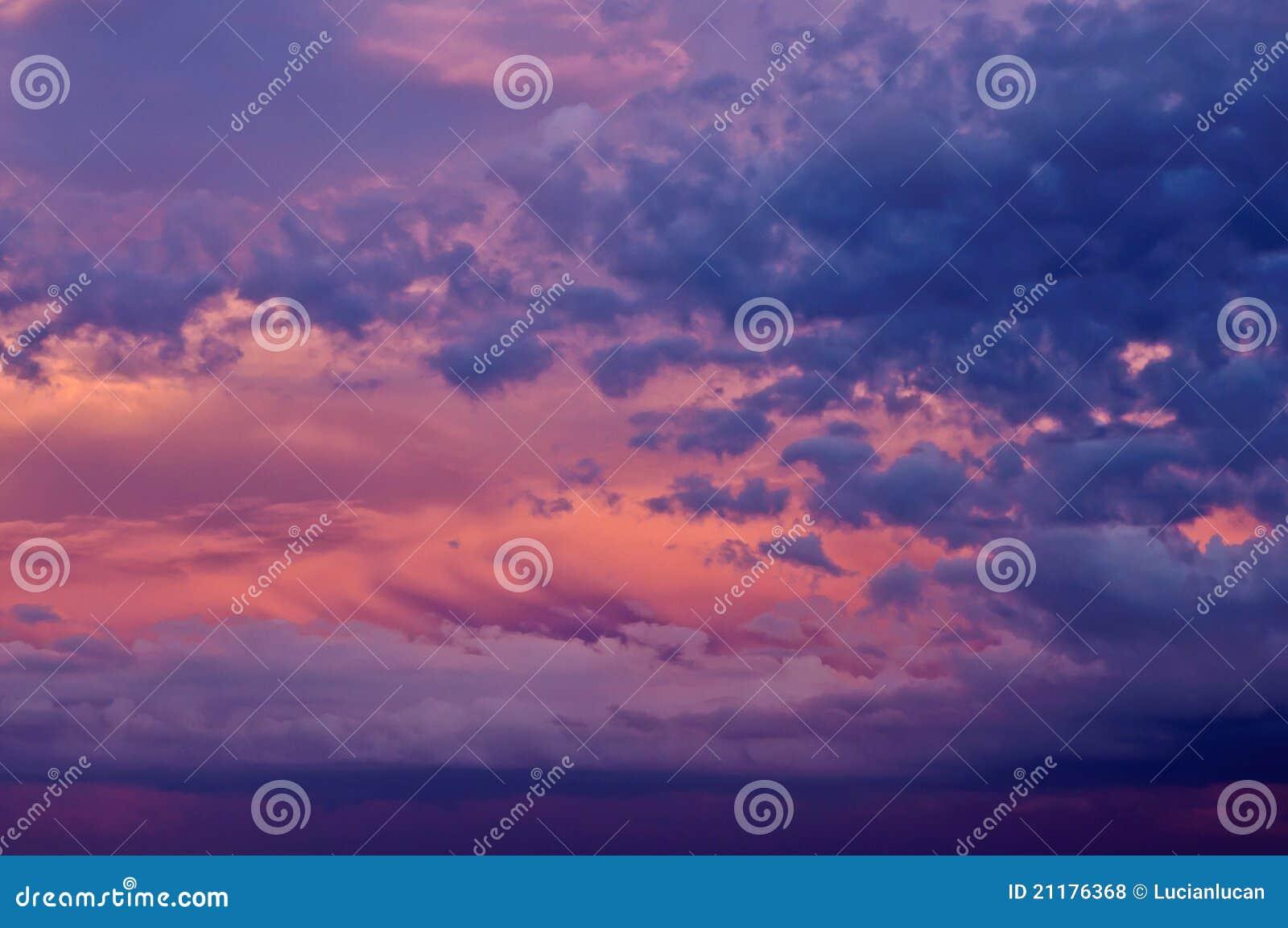 Cielo de la puesta del sol con las nubes