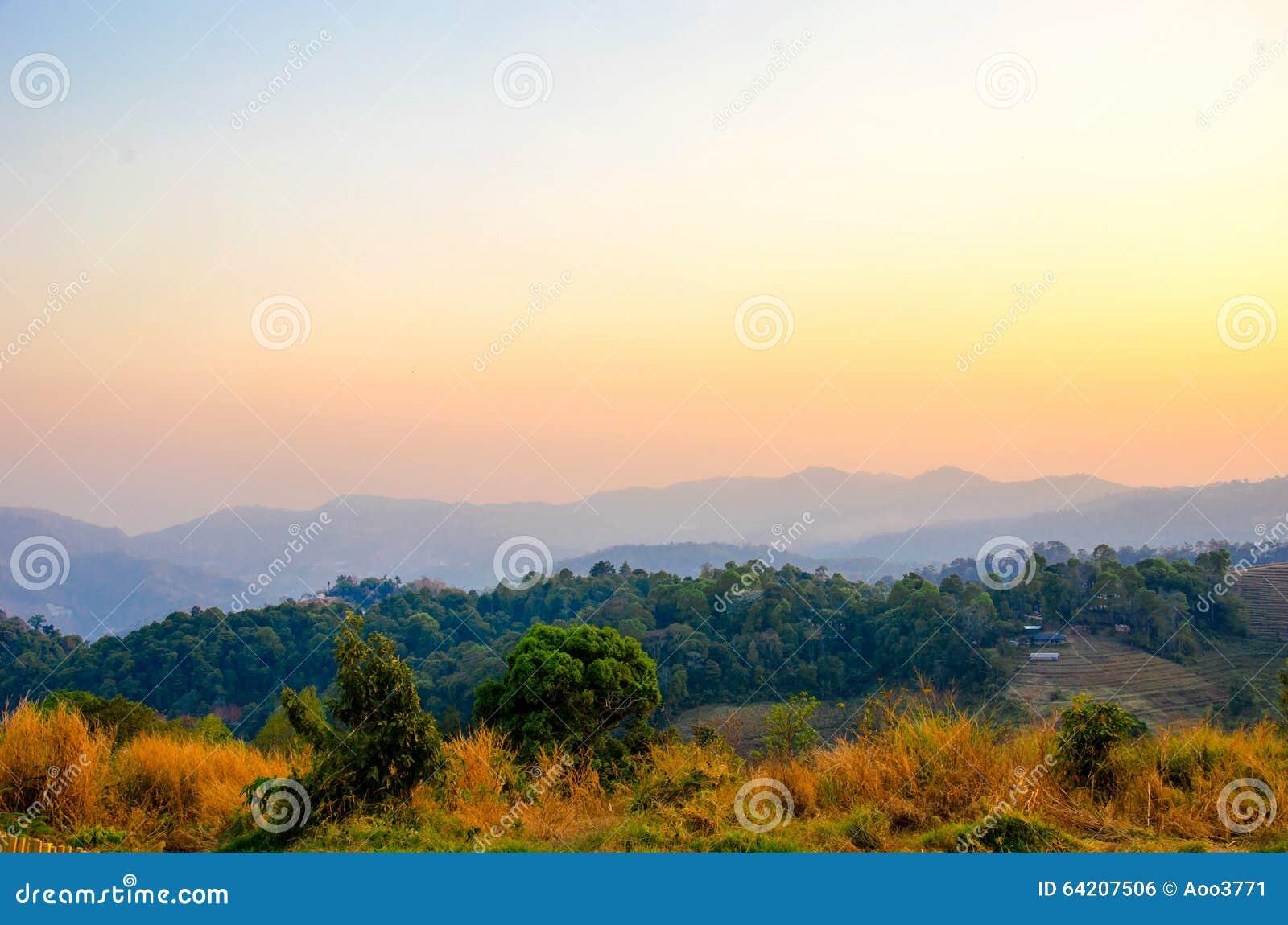 Cielo de la puesta del sol de la montaña