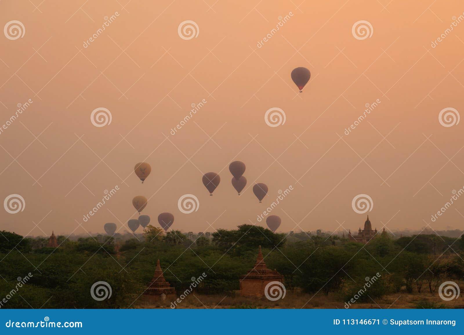 Cielo de la puesta del sol en bagan; Myanmar