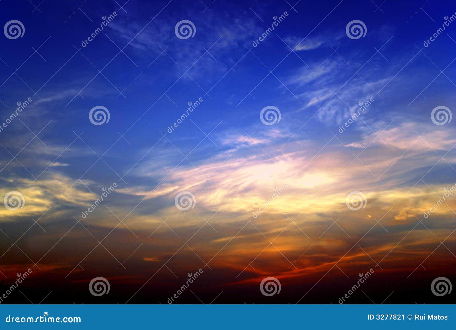 Cielo de la puesta del sol por completo de colores