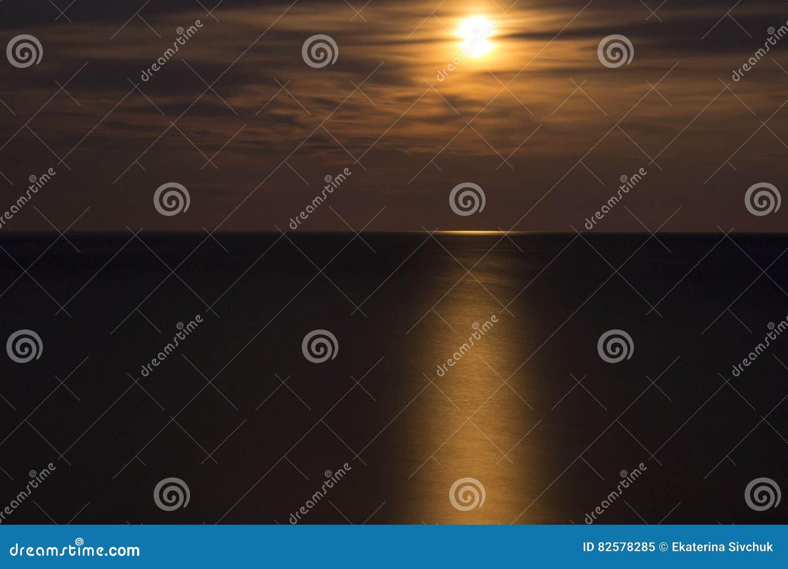 Cielo del mare della Crimea della luna piena