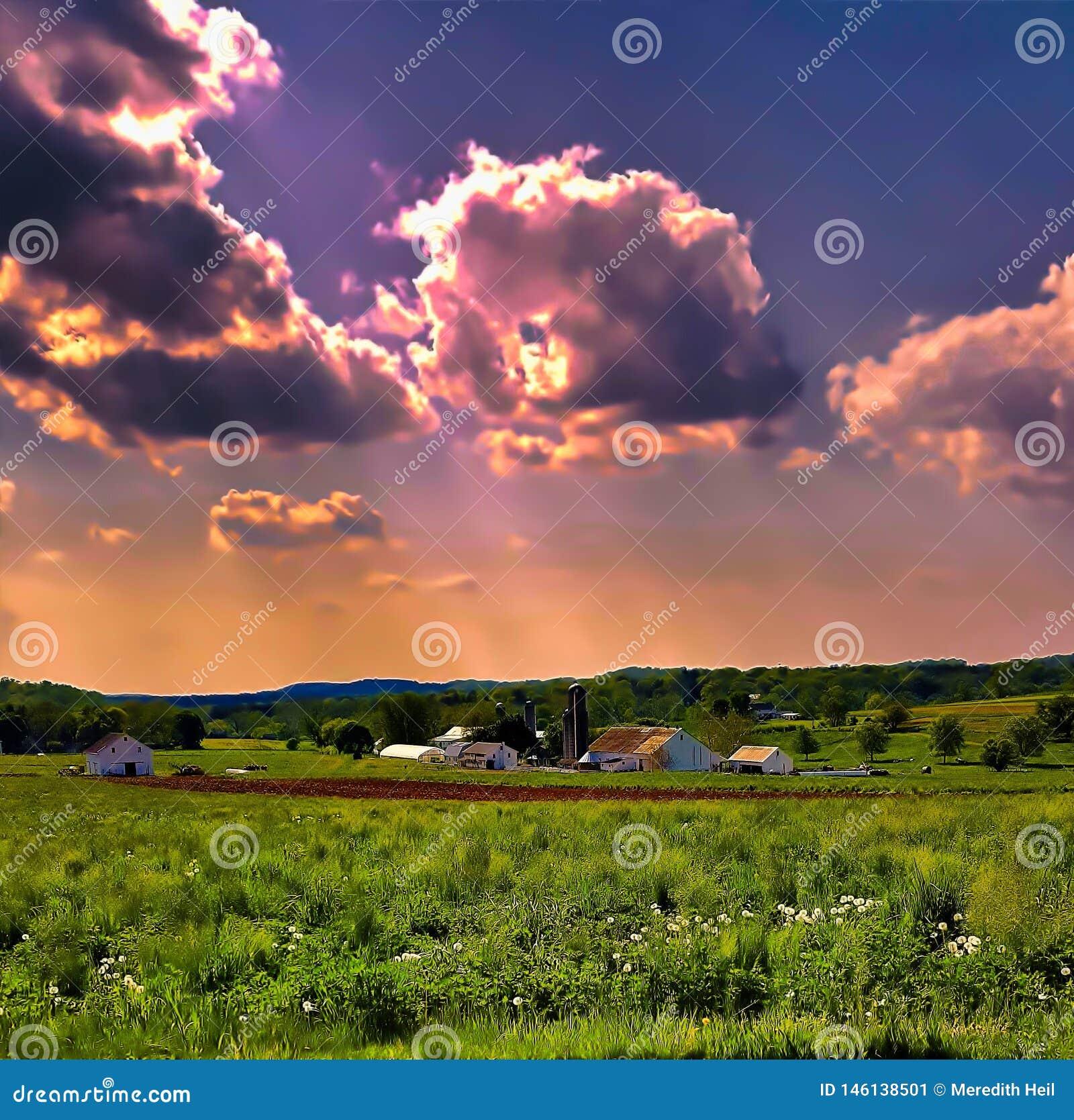 Cielo di tramonto sopra una fattoria dell azienda agricola