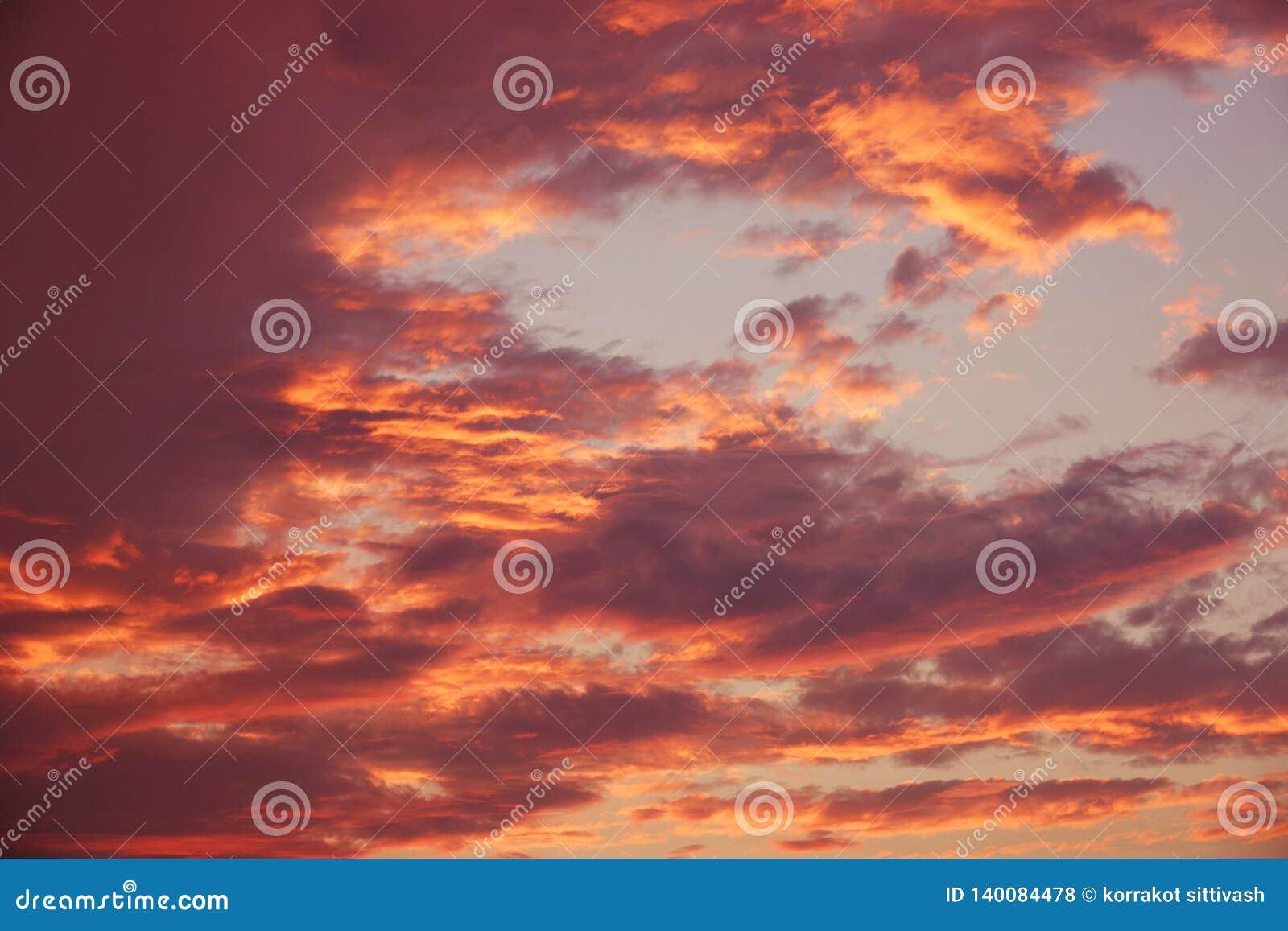 Cielo dramático colorido de la belleza con la nube en la puesta del sol