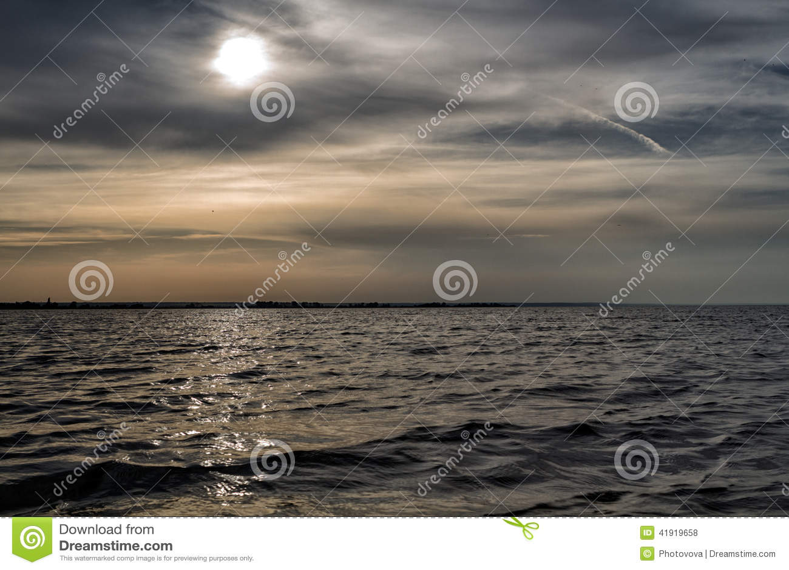 Cielo dramático de la puesta del sol