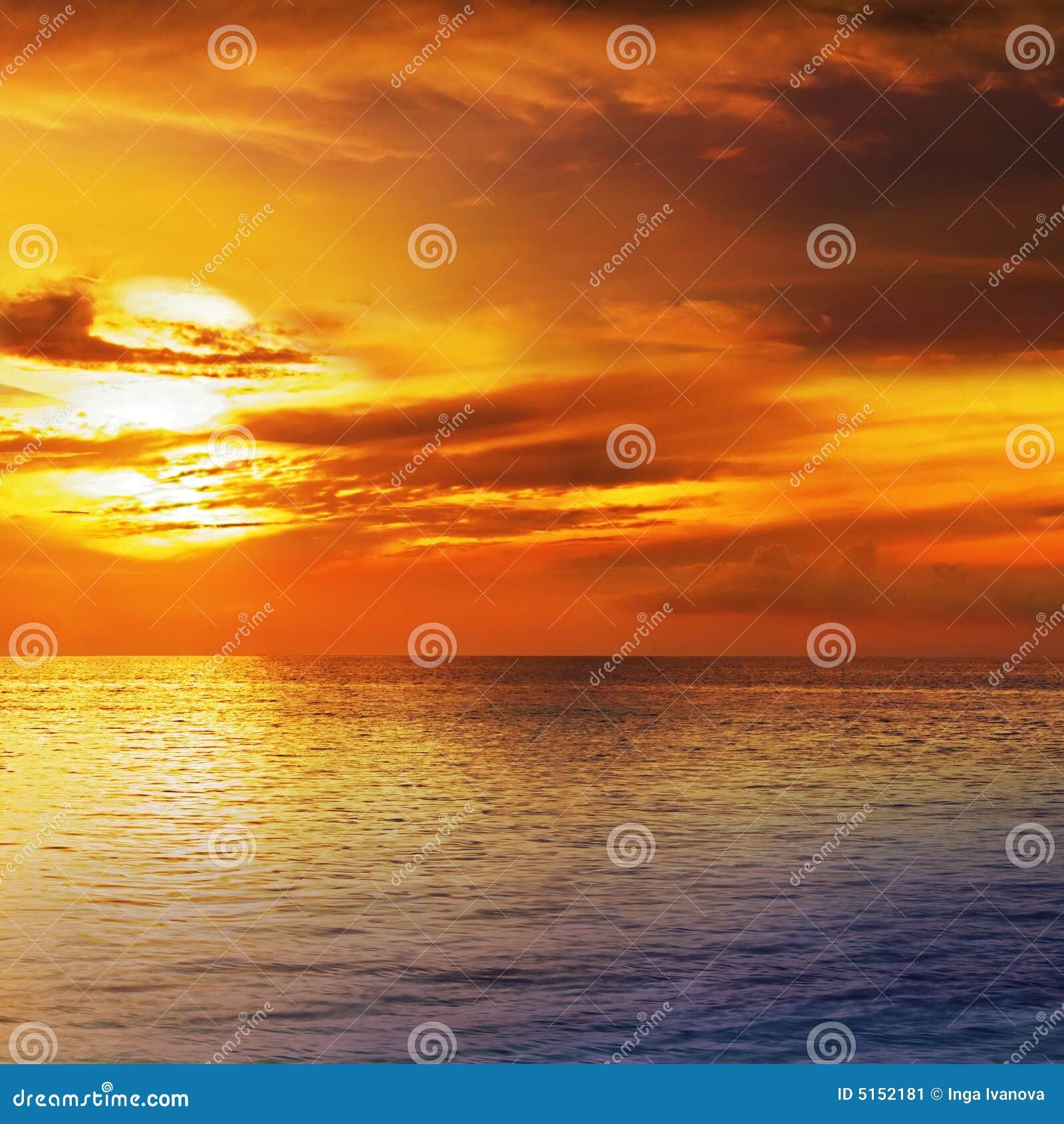 Cielo dramático de la puesta del sol con las nubes