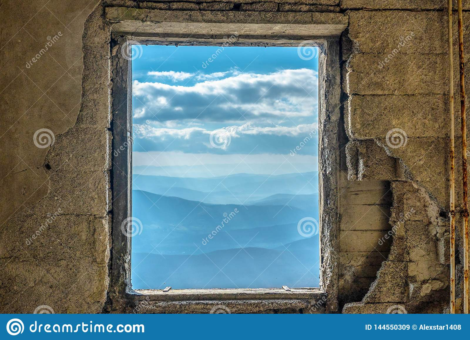Cielo dramático escénico del Mountain View de la ventana