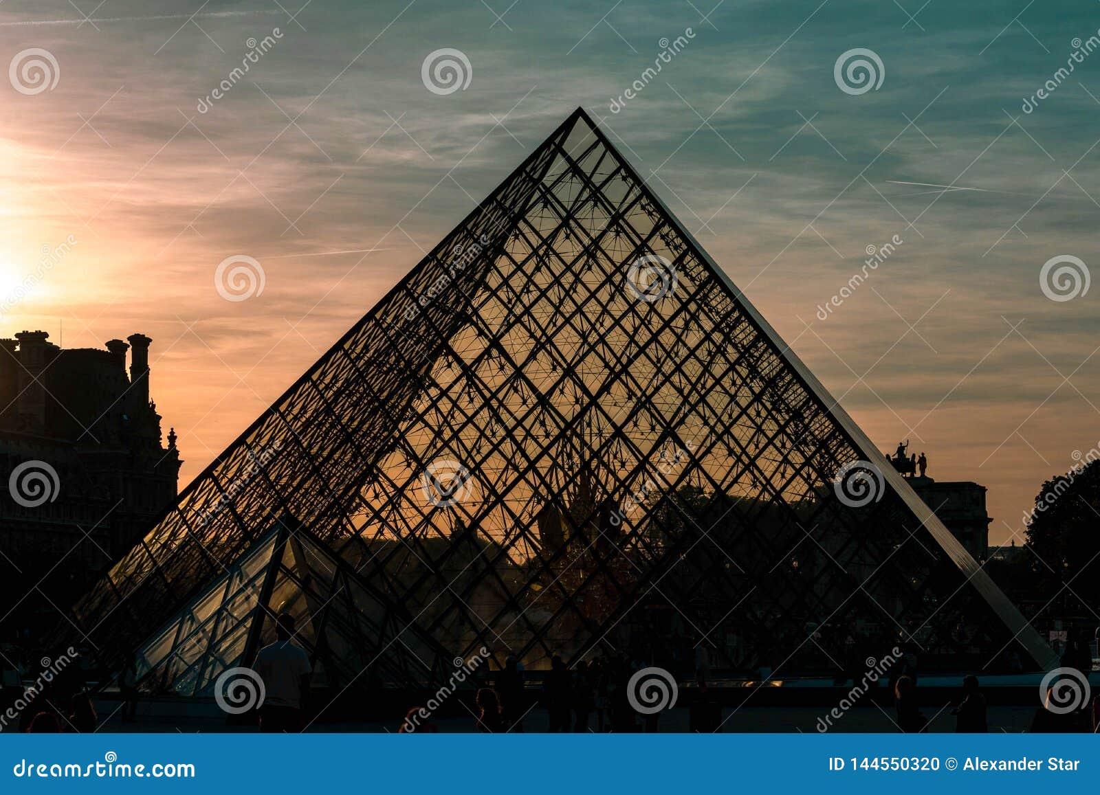 Cielo drammatico della siluetta della piramide del Louvre