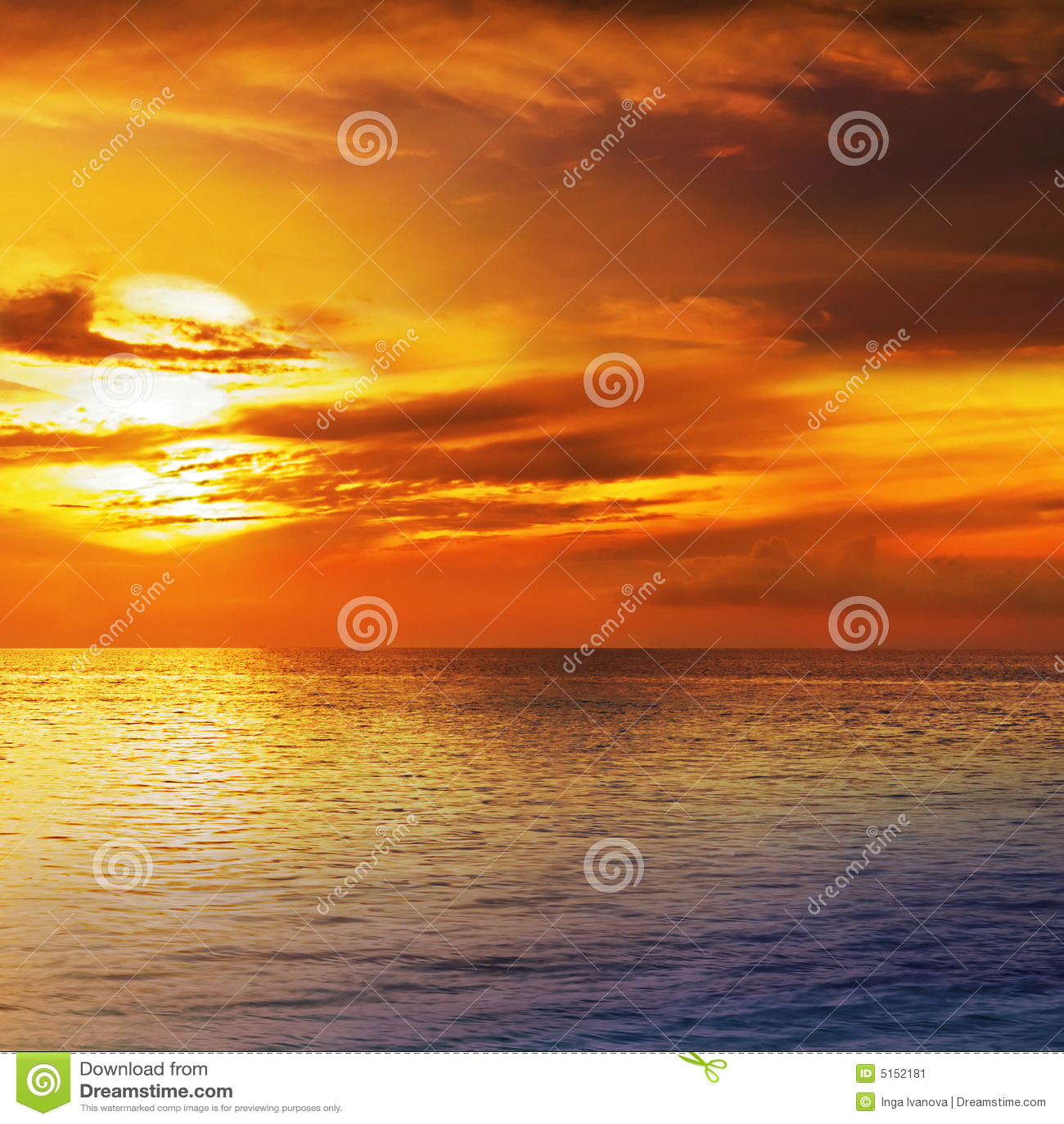 Cielo drammatico di tramonto con le nubi