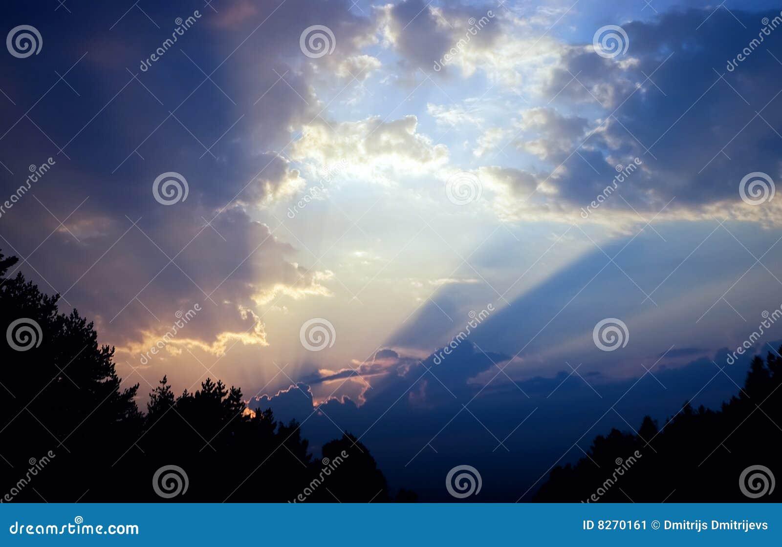 Cielo drammatico variopinto, nubi al tramonto