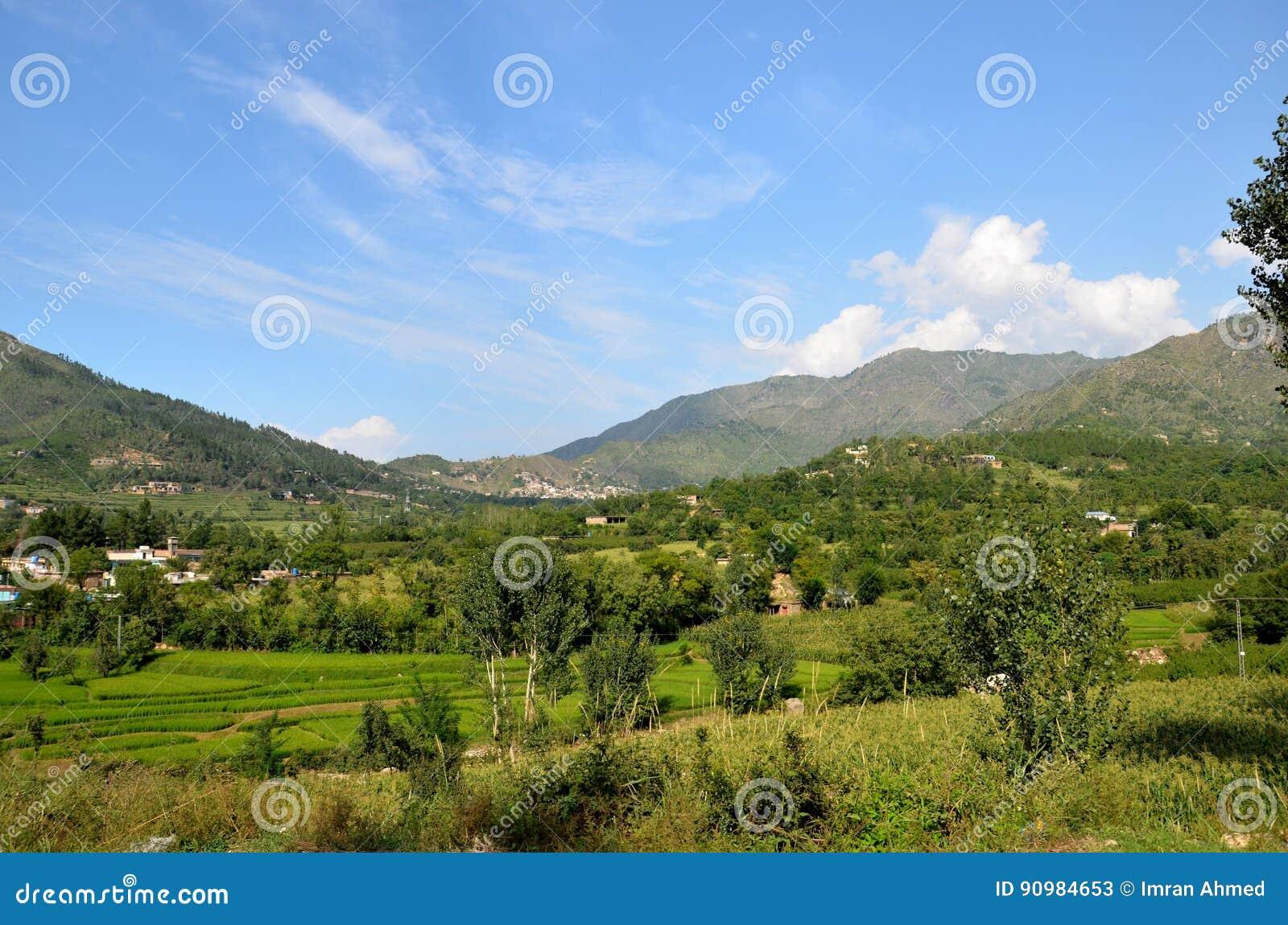 Cielo e case delle montagne in villaggio della valle Khyber Pakhtoonkhwa Pakistan dello schiaffo