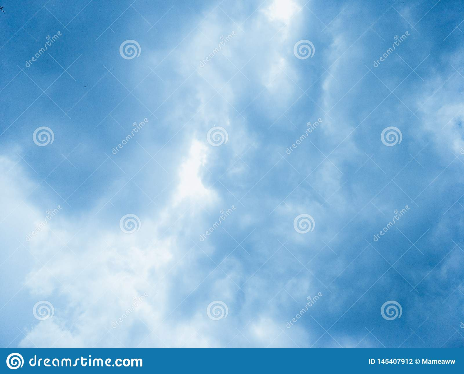 Cielo hermoso completo con las nubes blancas