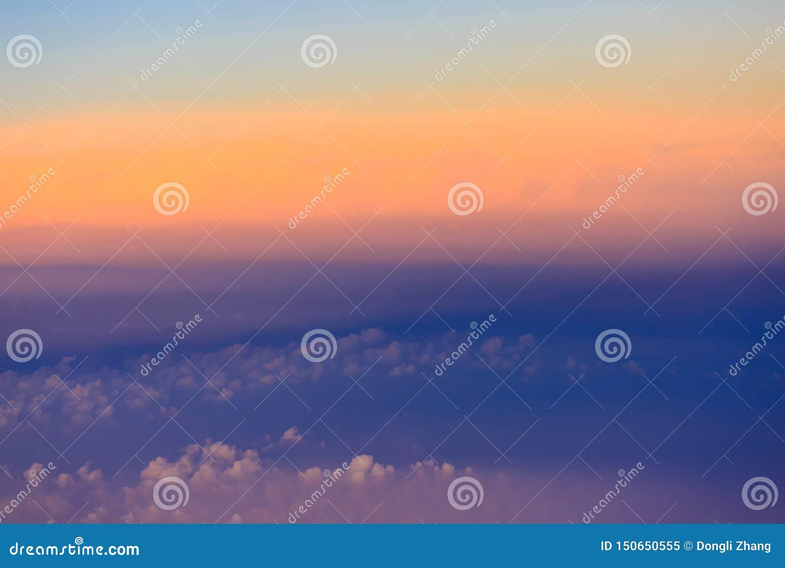 Cielo hermoso de la puesta del sol sobre las nubes con la luz dram?tica
