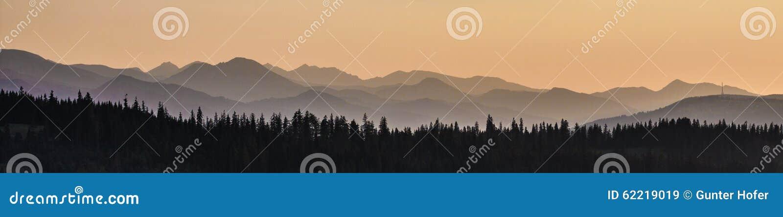 Cielo, montagne e foresta