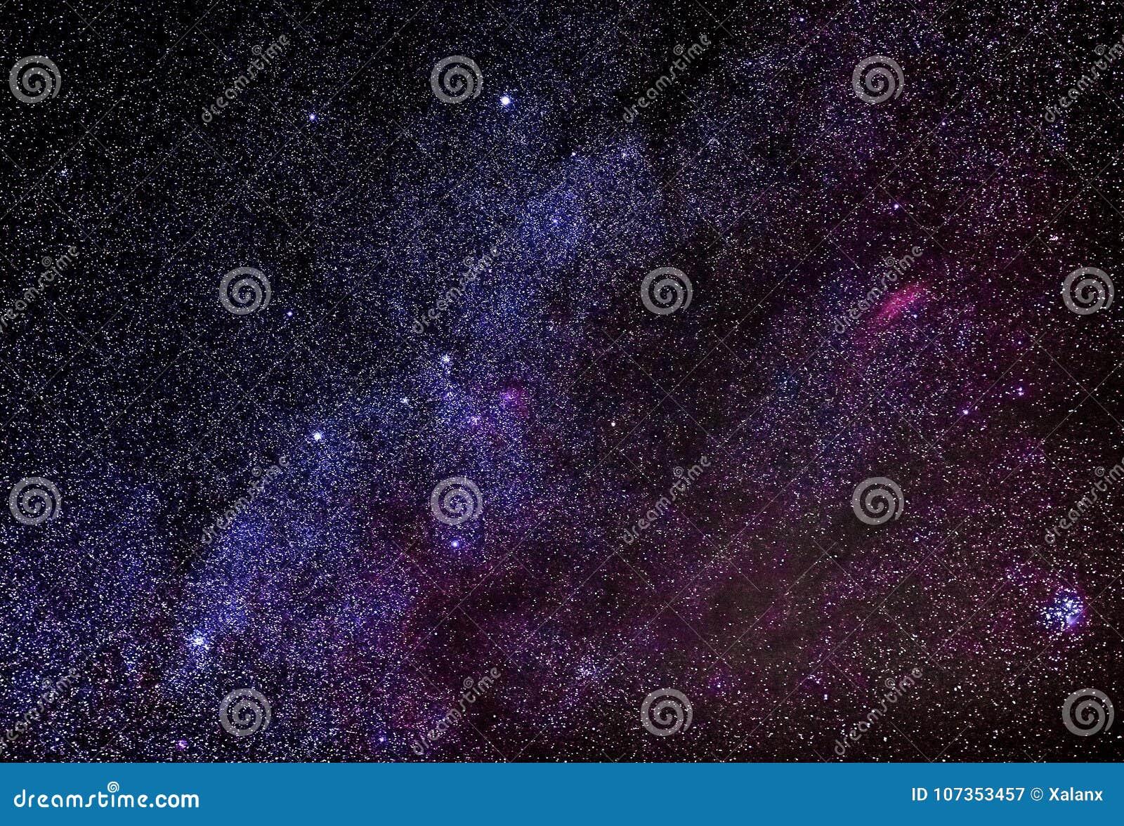 Cielo nocturno con las estrellas