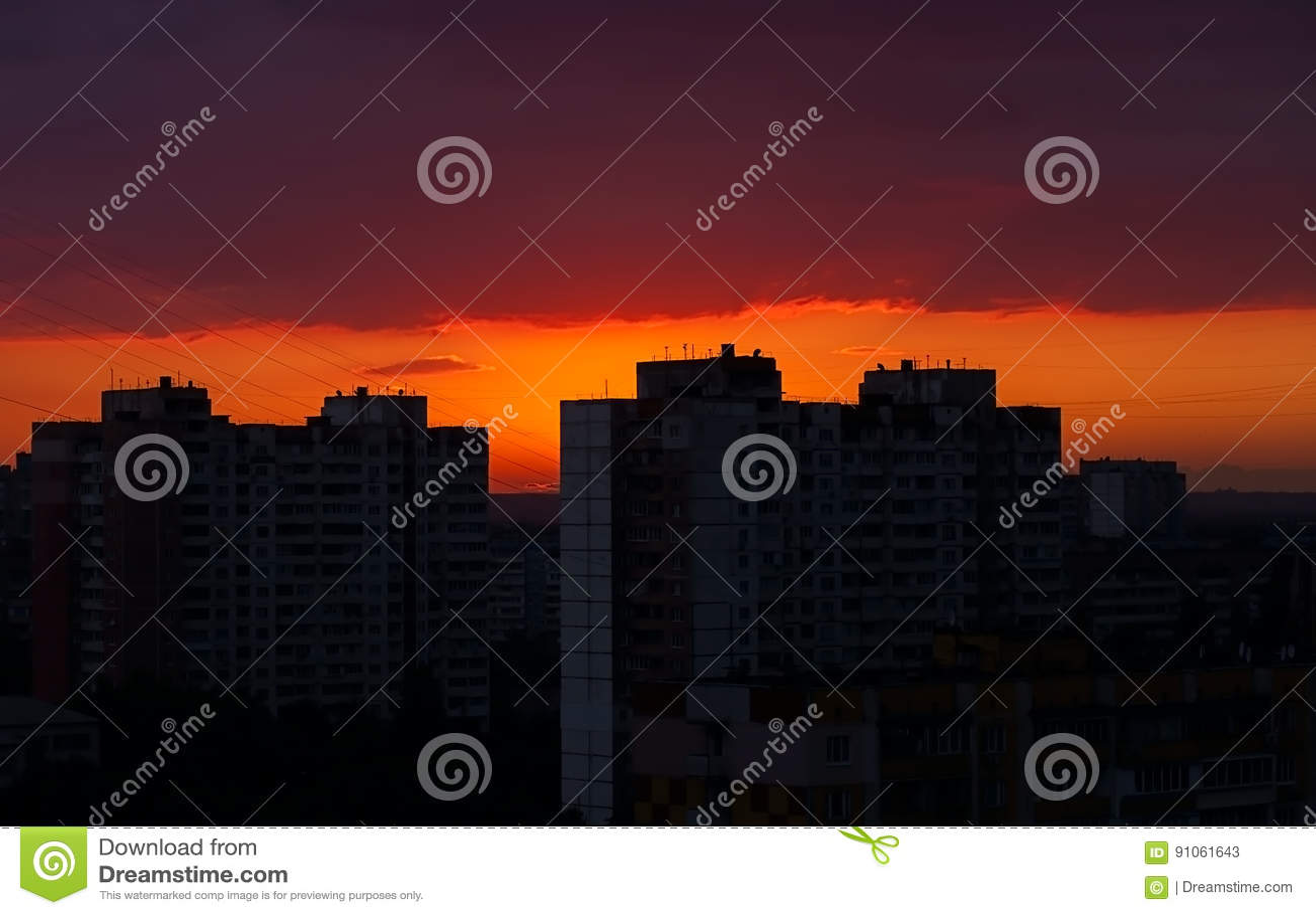 Cielo Rosso Di Notte.Cielo Notturno Con Il Tramonto Rosso Nella Citta Immagine Stock