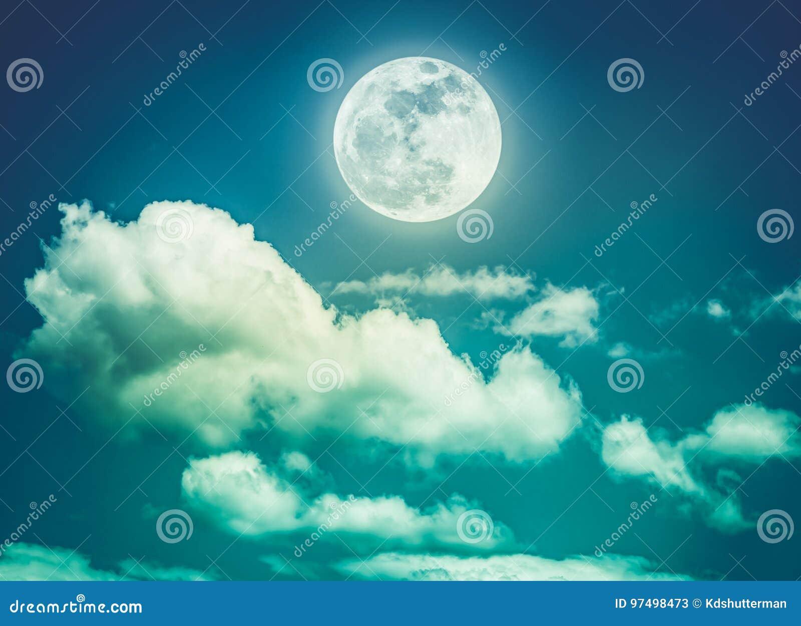 Cielo notturno con la luna piena luminosa, fondo della natura di serenità Ass.Comm.