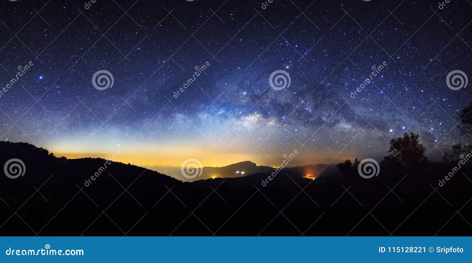 Cielo notturno stellato di panorama e galassia della Via Lattea con le stelle e lo PS
