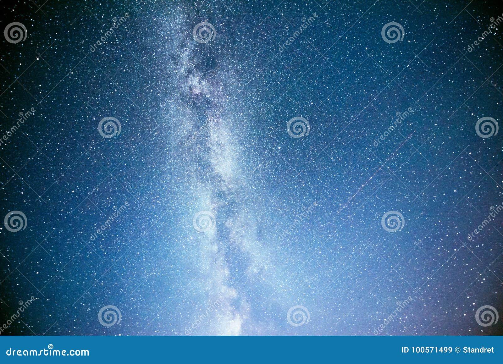 Cielo notturno vibrante con le stelle e nebulosa e galassia Astrophoto profondo del cielo