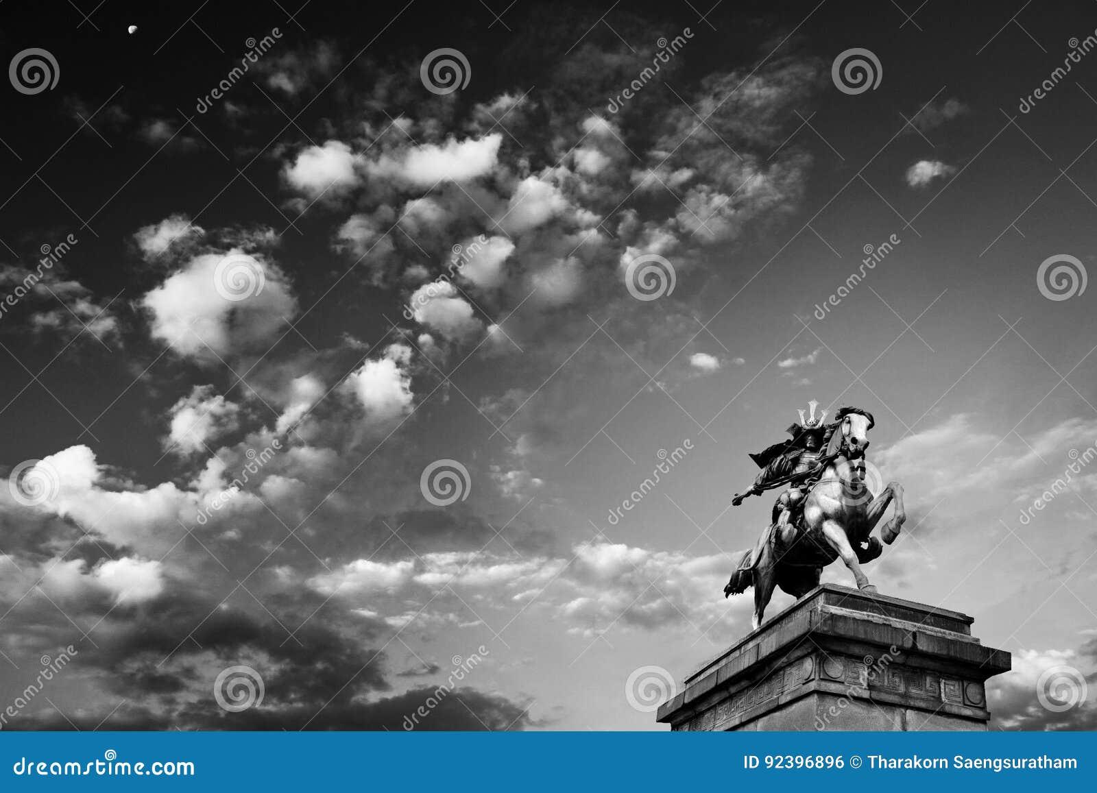 Cielo nublado y estatua de Kusunoki Masashige, palacio imperial adentro
