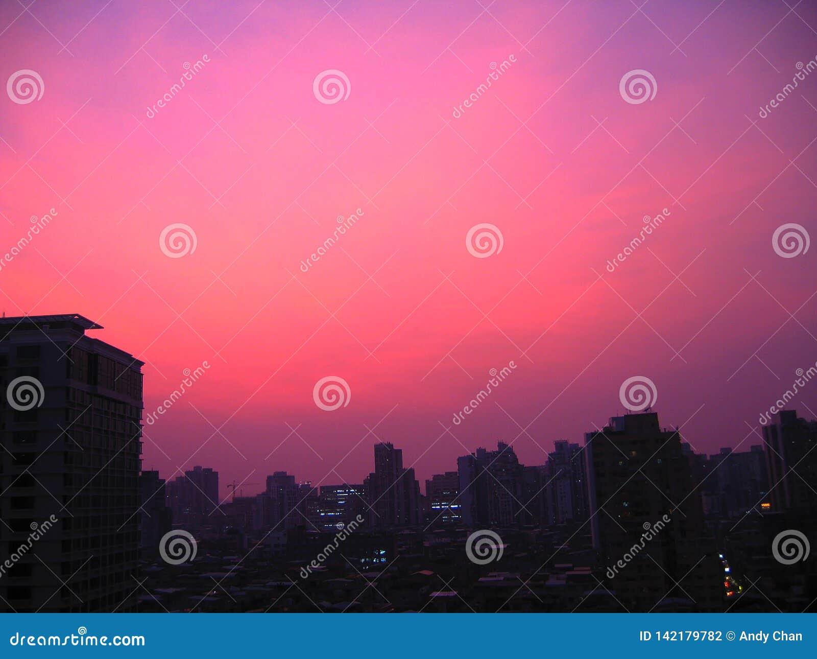 Cielo púrpura pacífico en Macao antes de que el golpe destructivo de la tormenta