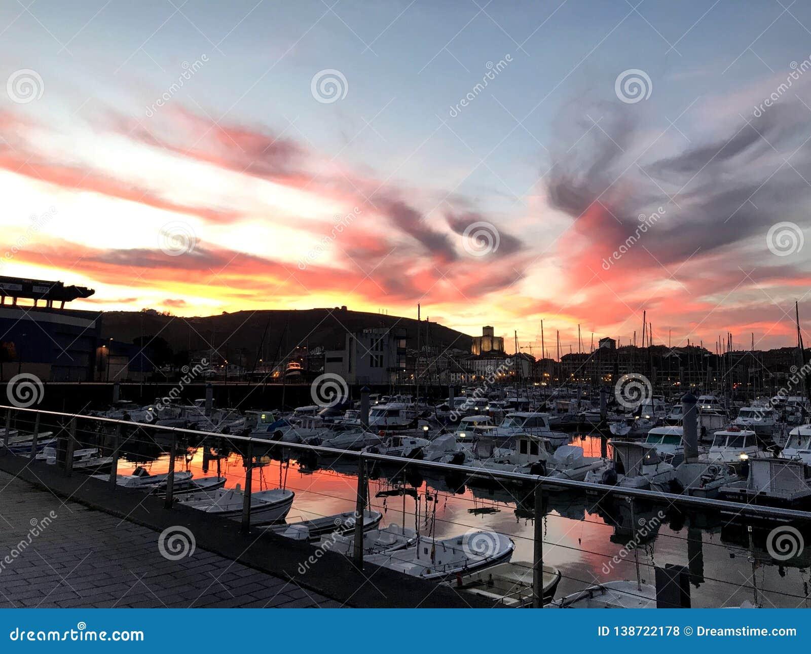 Cielo rosso dietro il porto