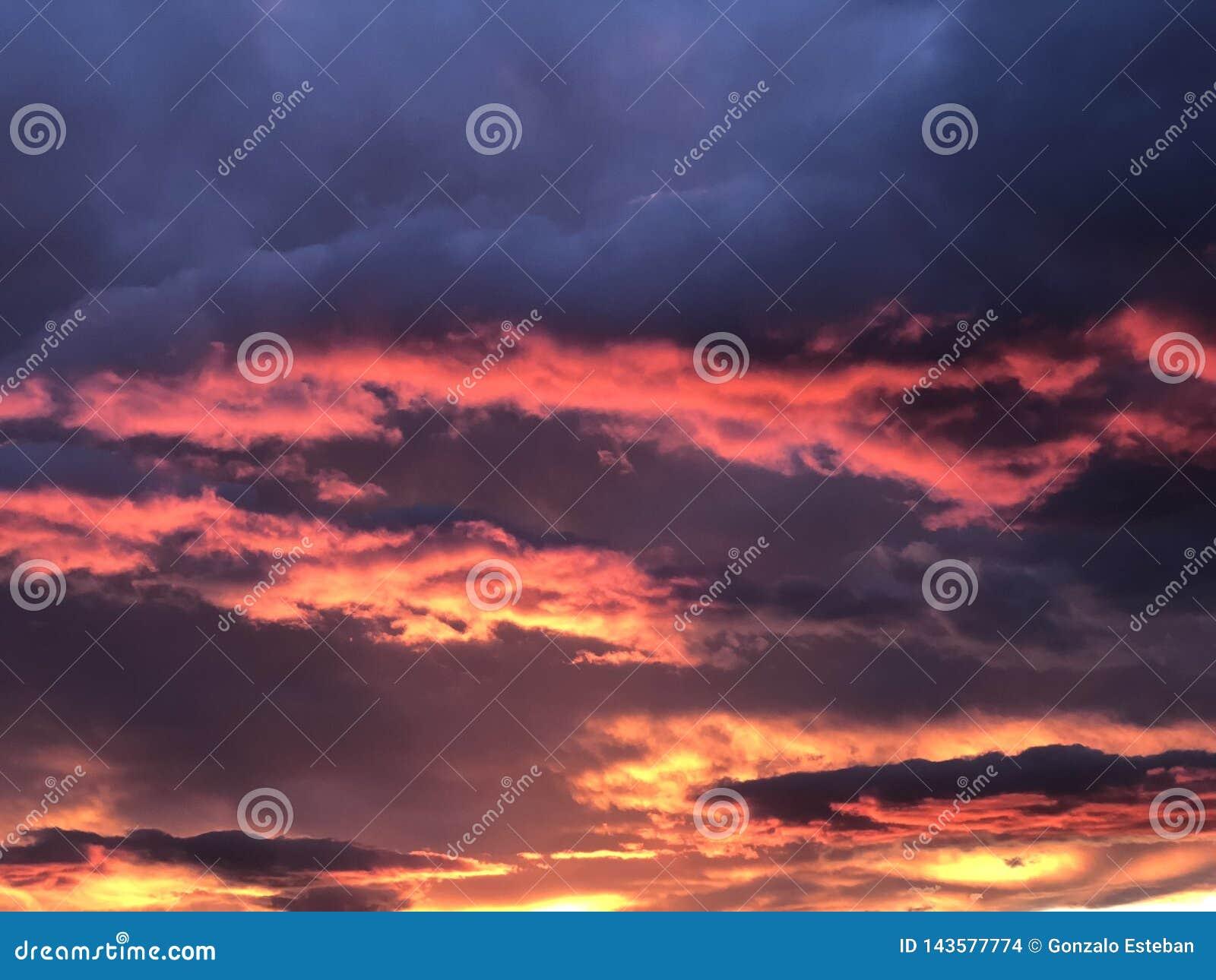 Cielo rosso durante il tramonto
