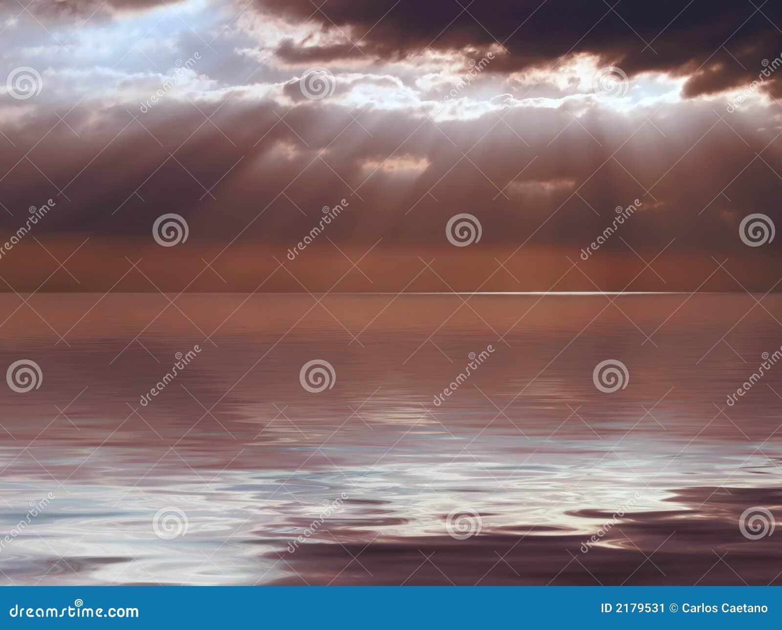 Cielo tempestoso del mare calmo