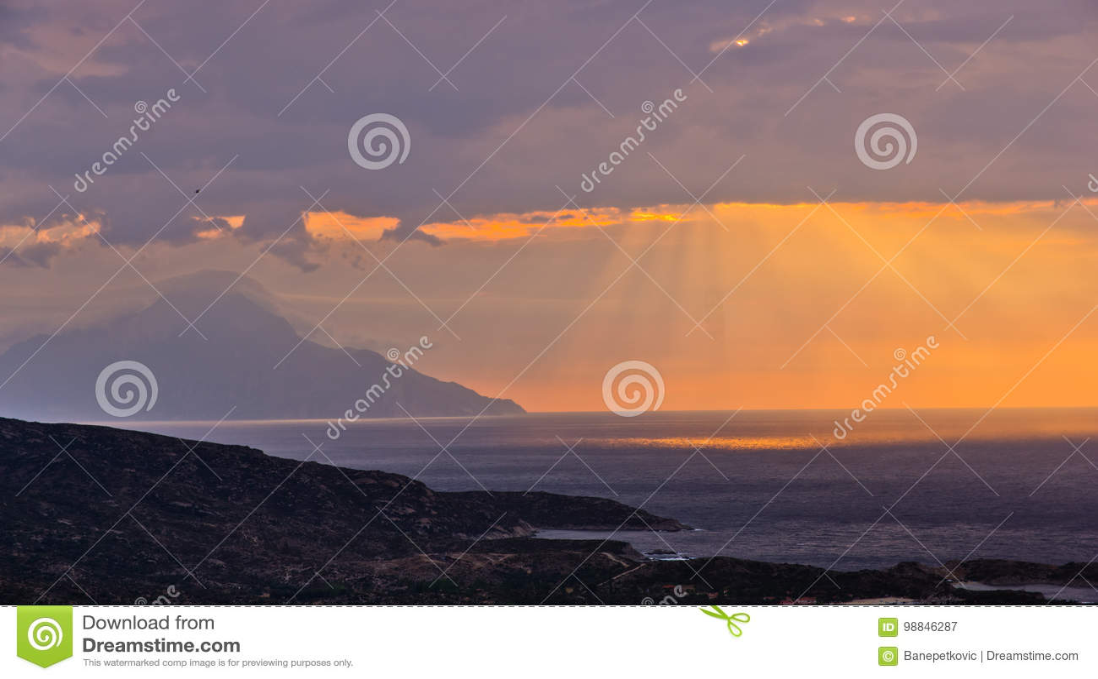 Cielo tempestoso ed alba alla montagna santa Athos