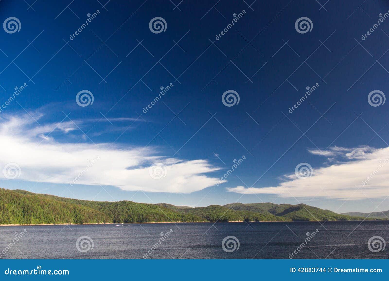 Cielo y bosque en el río de Enisey