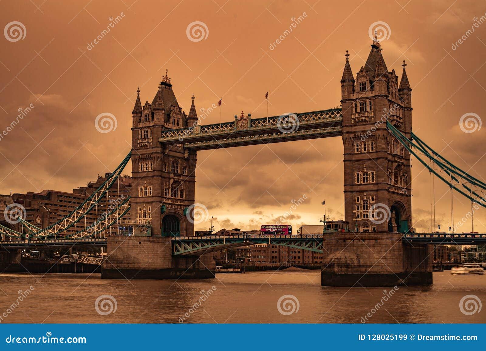 Cielos de la tempestad de arena del puente de Londres