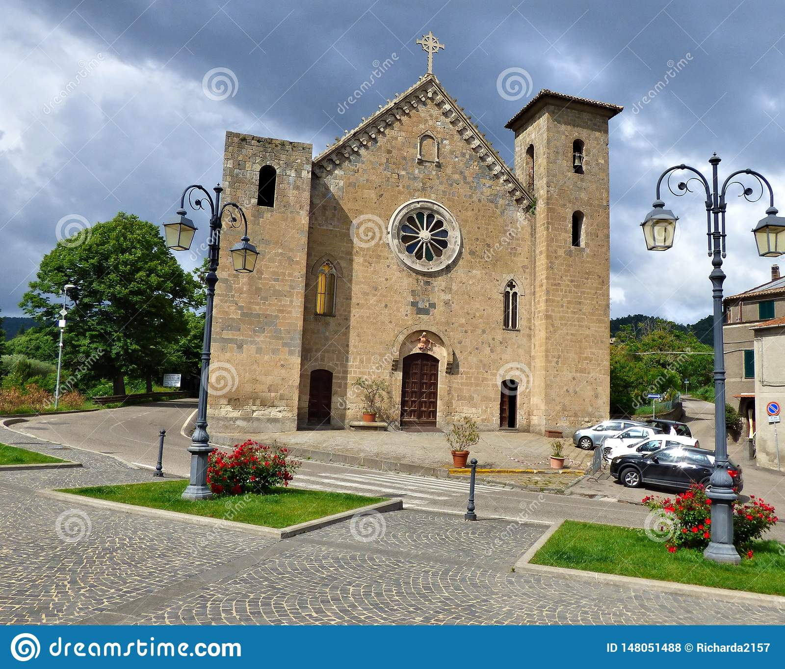 Cielos tempestuosos sobre una iglesia medieval