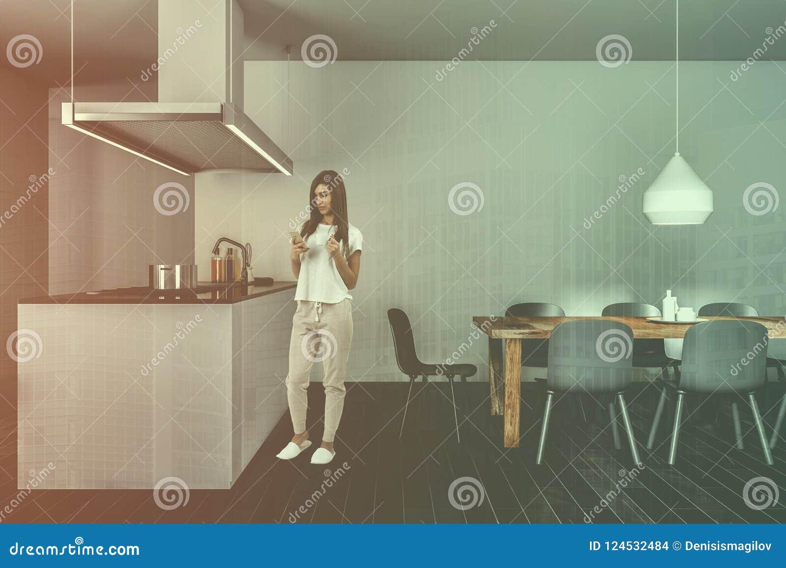 Ciemna Drewniana Podłogowa Kuchnia Wyspa Stół I Kobieta