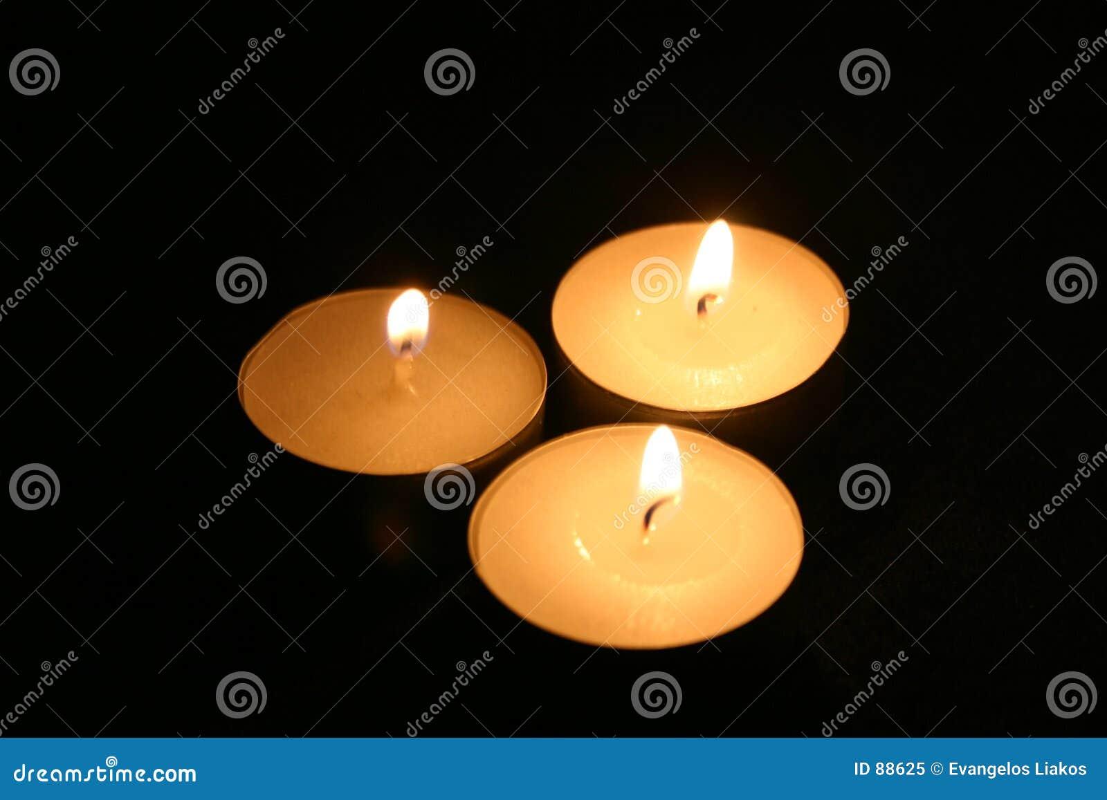 Ciemności trzy świece.