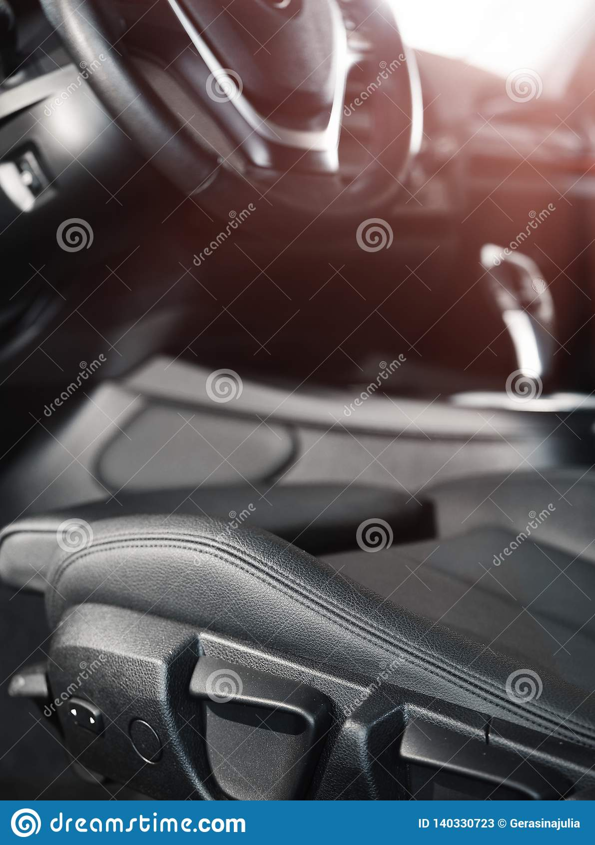 Ciemny luksusowy samochodowy wnętrze Kierownica, przesunięcie dźwignia i deska rozdzielcza,
