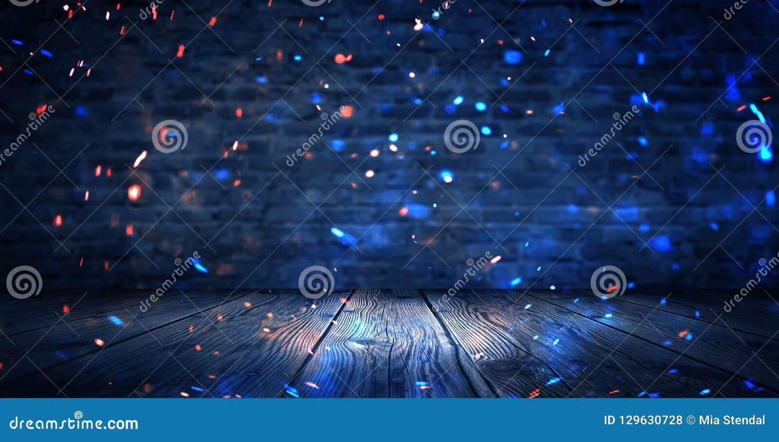 Ciemny suterenowy pokój, pusta stara ściana z cegieł, iskry ogień i światło na drewnianej podłodze i ścianach Ciemny tło z dymem